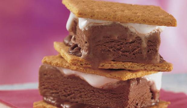 Παγωτό σάντουιτς με σοκολάτα και κρέμα marshmallows από το Sidagi.gr !