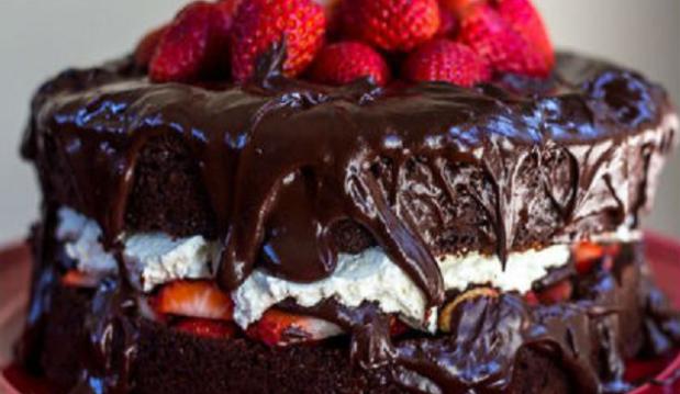 Διώροφη τούρτα σοκολάτα με σαντιγί και φράουλες από το Sidagi.gr !