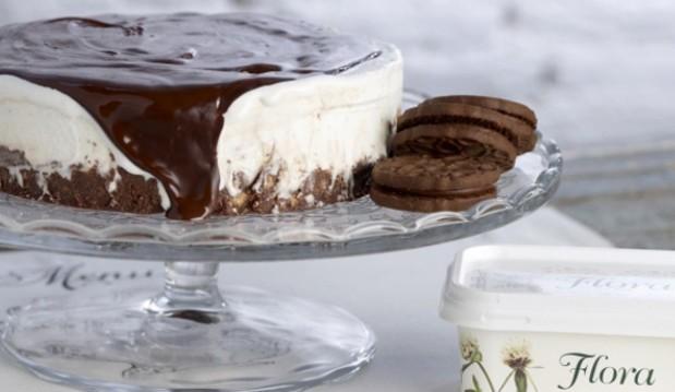 Τούρτα παγωτό βανίλια με βάση από σοκολατομπισκότο από το Cookoo.gr!