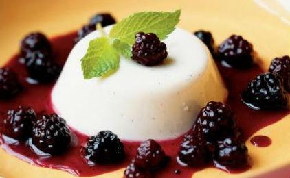Πανακότα με λευκή σοκολάτα και σάλτσα βατόμουρο  από το sidagi.gr!