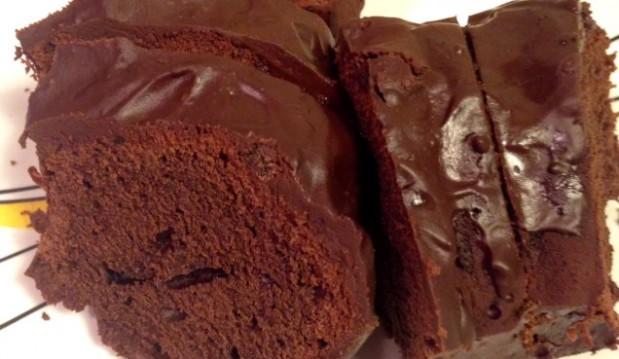 Σπιτικό κέικ με κακάο και γλάσο σοκολάτας από το icookgreek.com!