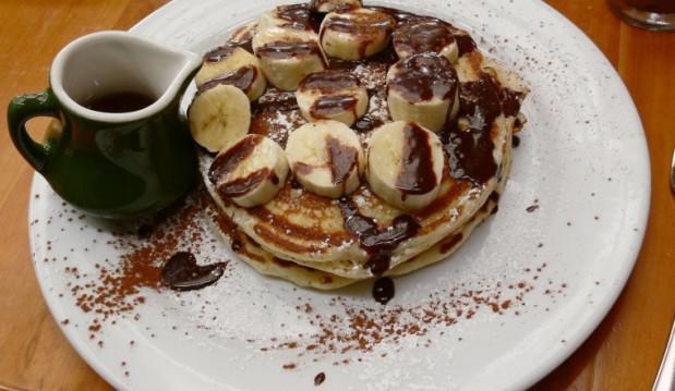 Pancakes, με σιρόπι σοκολάτας και κομματάκια μπανάνας  από το Koolnews!