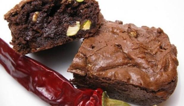 Brownies με τριών ειδών σοκολάτα και τσίλι, από το Gourmed.gr!