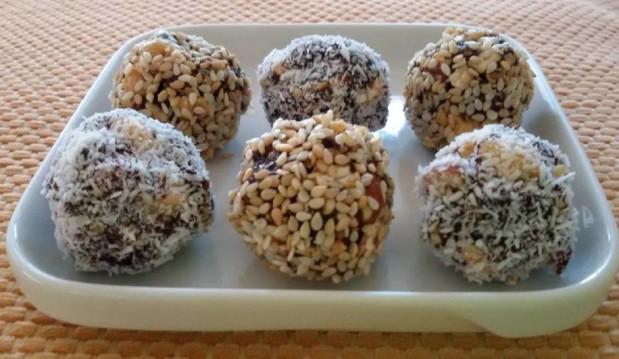 Τρουφάκια με αποξηραμένα δαμάσκηνα και ξηρούς καρπούς, από το «Χορτοφαγία & υγιεινή διατροφή» και το veggie.gr!