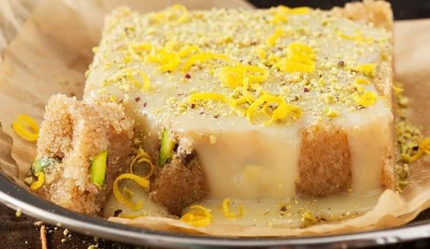 Χαλβάς σιμιγδαλένιος με σάλτσα λευκής σοκολάτας και λεμόνι, από την NESTLÉ!