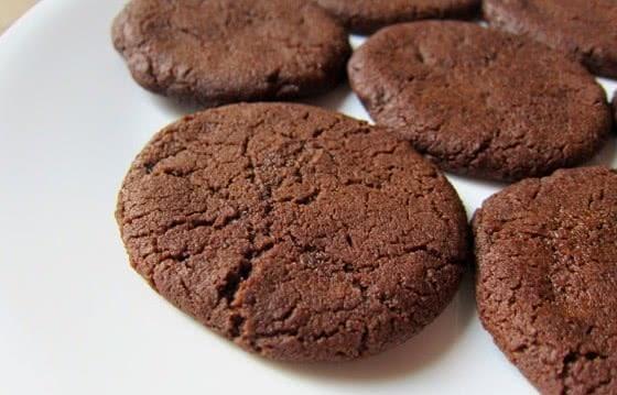 Νηστίσιμα , αφράτα μπισκότα ελαιολάδου με κακάο και ρούμι, από το  neadiatrofis.gr!