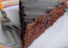 Υγρό κέικ σοκολάτας χωρίς αυγά, με γλάσο σοκολάτας, από το sintayes.gr!