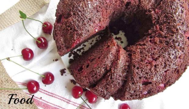 Κέικ σοκολάτας με βύσσινα ή φράουλες, από το foodstates.gr!