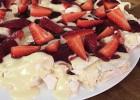 Πάβλοβα με κρέμα λευκής σοκολάτας και φράουλες από τον Τάσο Αντωνίου και το nestlenoiazomai.gr!
