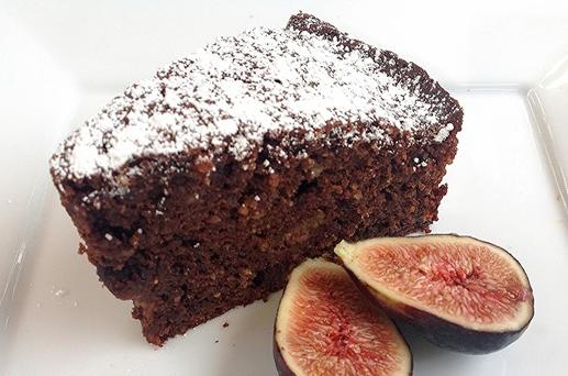 Υγρό κέικ μαύρης σοκολάτας, αμυγδάλου με φρέσκα σύκα, από το sintayes.gr!
