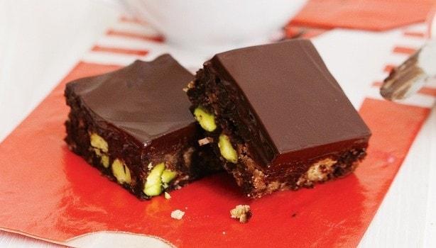 Σοκολατένιο γλυκό ψυγείου με cookies και φιστίκια Αιγίνης, από το sintayes.gr!