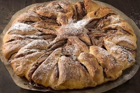 Τσουρέκι γεμιστό με πραλίνα φουντουκιού Fineti, από την CHIPITA και το fineti.com!