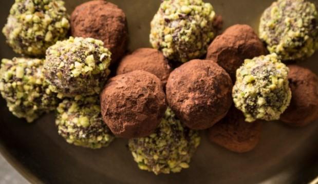Νηστίσιμα τρουφάκια σοκολάτας με χαλβά & φιστίκι Αιγίνης, από την  Μαριλού Παντάκη και το madameginger.com!