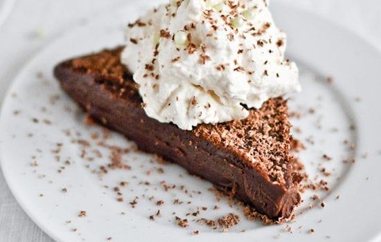 Σοκολατένιο γλύκισμα με Bailey's με 3 υλικά, χωρίς ψήσιμο, από το sintayes.gr!
