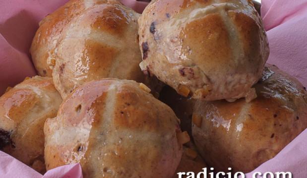 Γλυκά ψωμάκια (hot cross buns), από την Luise και το radicio.com!