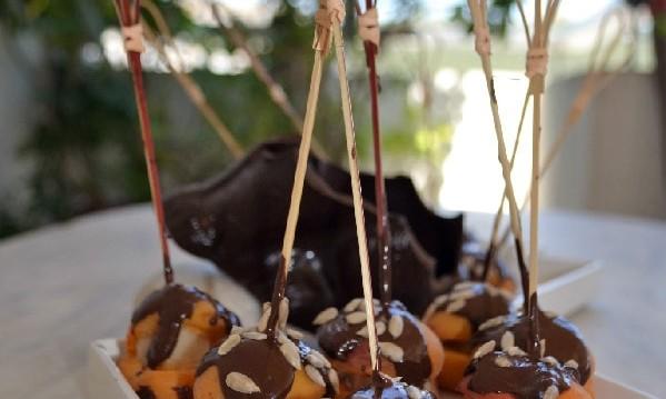 Βερίκοκα γεμιστά με μάρτζιπαν και γλάσο σοκολάτας, από την Ιωάννα Σταμούλου και το sweetly!