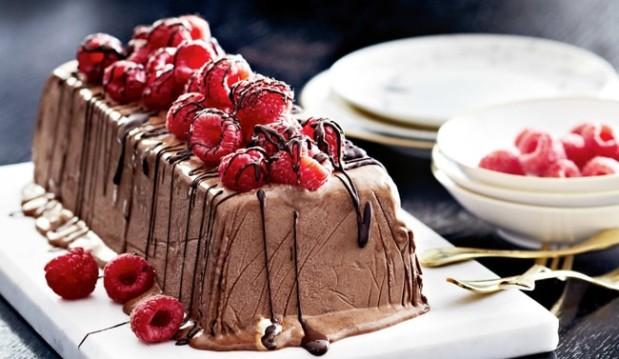 Σεμιφρέντο σοκολάτας με καραμελωμένη φράουλα, από το  petros-syrigos.com!