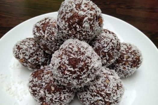 Πανεύκολα σοκολατένια τρουφάκια με καρύδια και ινδοκάρυδο, από το sintayes.gr!