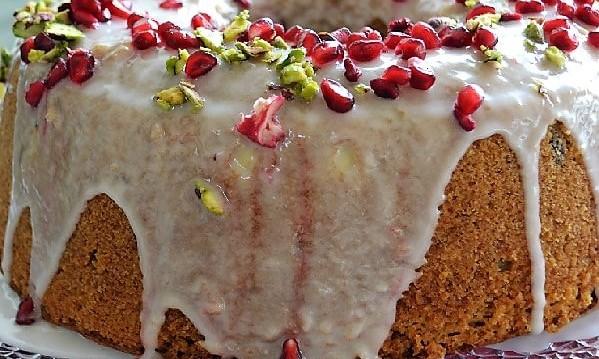 Χριστουγεννιάτικο κέικ με φιστίκια Αιγίνης και ρόδι, από την Ιωάννα Σταμούλου και το sweetly!