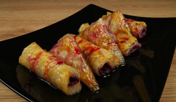 Νηστίσιμα ταχινοπιτάκια με γλυκό βύσσινο (VIDEO), από το foodaholics.gr!