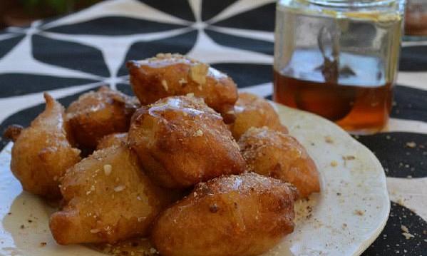 Λουκουμάδες με μέλι και καρύδια, από την Ιωάννα Σταμούλου και το Sweetly!
