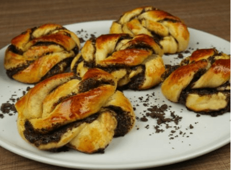 Πρωτότυπα και εύκολα τσουρεκάκια με σοκολάτα, από το Redmoon και το foodaholics.gr!