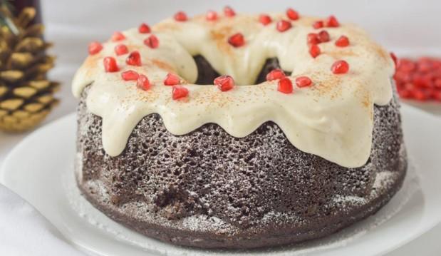 Χιονισμένο κέικ με χαρούπι, τζίντζερ και αρωματικά, από την Αγγελική Καλαμπόκα και το mednutrition.gr!