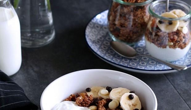 Υγιεινή γκρανόλα με σοκολάτα, καρύδα και φρούτα, από την Ερμιόνη Τυλιπάκη και το «The one with all the tastes»!