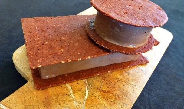 Μπισκότο τουλίπα με κακάο και παγωτό σοκολάτα αμυγδάλου, από το ionsweets.gr!