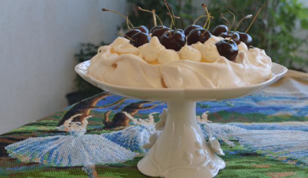 Πάβλοβα με κρέμα λεμονιού και κεράσια, από την Ιωάννα Σταμούλου και το  sweetly!