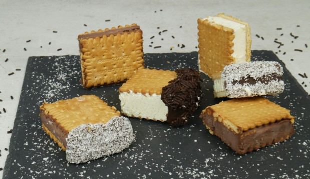 Εύκολο παγωτό σάντουιτς με 5 υλικά (VIDEO), από τους Χάρη και Μιχάλη Καρελάνη και το Redmoon-foodaholics.gr!