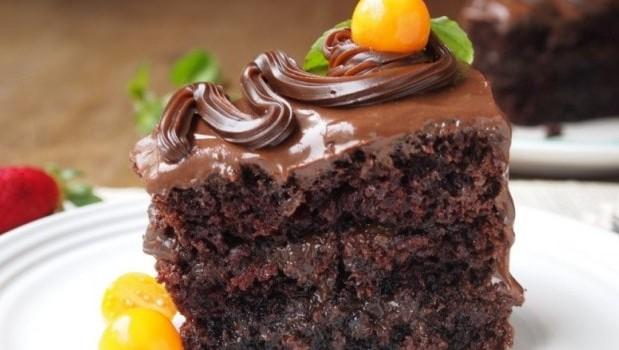 Υγρό κέϊκ σοκολάτας με γλάσο σοκολάτας, από το sintayes.gr!
