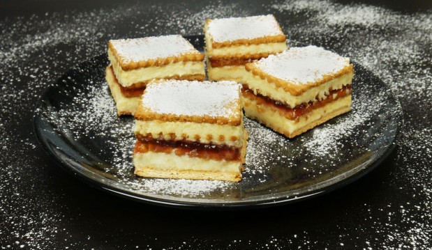 Εύκολο γλυκό ψυγείου με μπισκότα (VIDEO), από τους Χάρη και Μιχάλη Καρελάνη και το  Redmoon-foodaholics.gr!