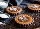 Σοκολατένια ταρτάκια με καραμέλα, κρέμα σοκολάτας και θαλασσινό αλάτι, από τον Δημήτρη Σκαρμούτσο και το dimitrisskarmoutsos.gr!