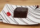 Οικονομική και εύκολη σοκολατόπιτα με ιδιαίτερο γλάσο, από τους Χάρη και Μιχάλη Καρελάνη και τo redmoon-foodaholics.gr!