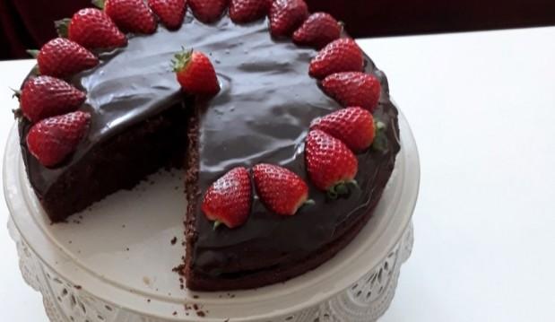 Κέικ σοκολάτας με γλάσο και φράουλες, από την Ιωάννα Σταμούλου και το sweetly!