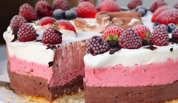 Με χαμηλούς υδατάνθρακες και Χωρίς Γλουτένη: Τρίχρωμη τούρτα παγωτό, από την Sukrin και τη LifeTree!