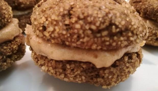 Macarons με χαρουπάλευρο γεμιστά με μπανάνα και χουρμάδες, από το Όλα Νηστίσιμα!