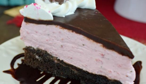 Τούρτα με βάση brownies, μους φράουλας και γκανάς σοκολάτας, από το sintayes.gr!