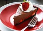 """Σοκολατόπιτα """"Όασις"""" με φράουλες σε μπισκοτένια βάση, από το sintayes.gr!"""