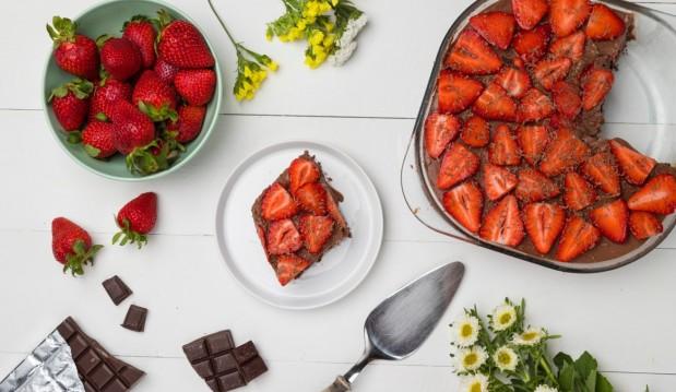 Σοκολατένιο γιαουρτογλυκό ψυγείου με φράουλες, από την Άννα Χαλικιά και το madameginger.com!!